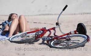 велосипед рядом с девушкой